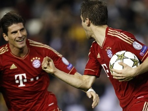 Thomas Muller and Mario Gomez celebrate Bayern's equaliser on November 20, 2012