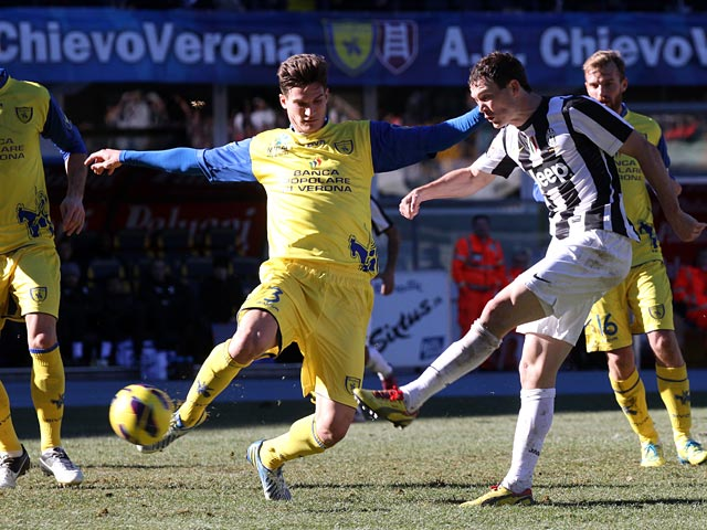 Juventus' Stephen Lichtsteiner scores his team's second against Chievo Verona on February 3, 2013
