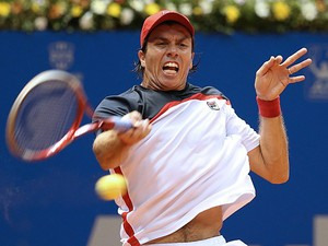 Carlos Berlocq returns a shot to Rafael Nadal at the Brazil Open on February 15, 2013
