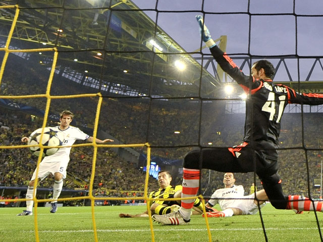 Borussia Dortmund's Robert Lewandowski scores the opening goal of the game against Real Madrid on April 24, 2013