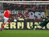 Benfica's Oscar Cardozo scores the equaliser from the penalty spot against Chelsea on May 15, 2013