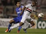 Sao Paulo FC's Wellington dribbles past Universidad de Chile's Enzo Gutierrez on November 7, 2012