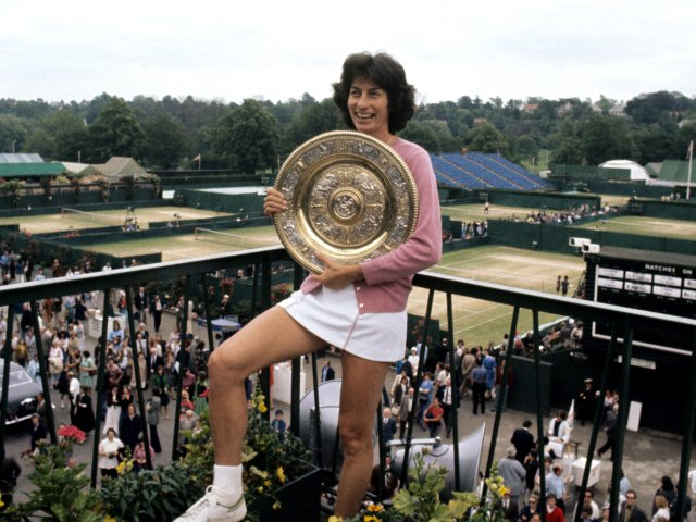 Virginia Wade with the Wimbledon trophy in 1977.