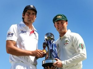 Alastair Cook and Michael Clarke pose with The Ashes urn.
