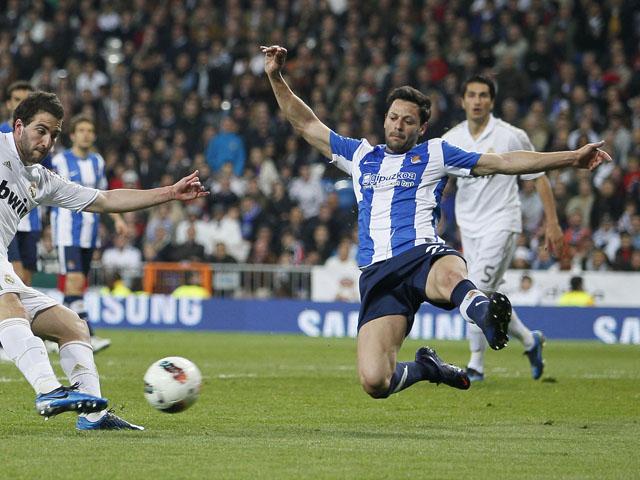 Real Sociedad's Alberto De La Bella dives to block a shot during the La Liga match with Real Madrid on March 24, 2012