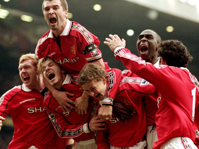 Roy Keane celebrates Ole Gunnar Solskjaer's late winner against Liverpool with his teammates.