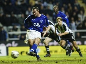 David Unsworth scores a penalty for Everton against Newcastle United.
