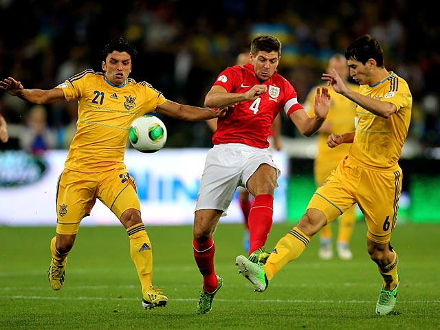 Ukraine's Edmar and Taras Stepanenko battle for the ball with England's Steven Gerrard during their World Cup qualifying match on September 10, 2013