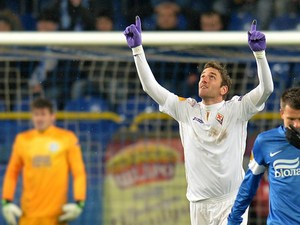 Fiorentina's Gonzalo Rodriguez celebrates after scoring the opening goal against Dnipro Dnipropetrovsk during their Europa League group match on October 3, 2013