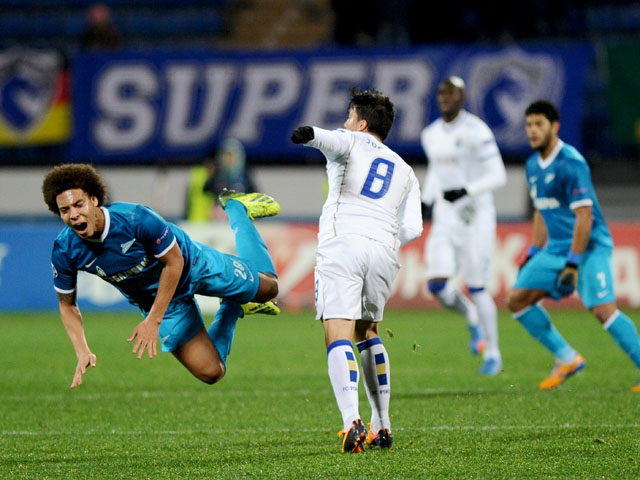 Zenit Saint-Petersburg's Axel Witsel vies with Porto's Josue during their UEFA Champions League group G footbal match in Saint Petersburg on November 6, 2013