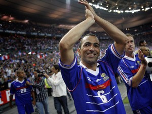 French Youri Djorkaeff waves to the crowd after the football exhibition match between France's 1998 World Cup champions and a world selection team, on July 12, 2008