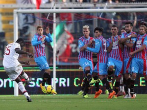 Mario Balotelli of Milan scores his team's second goal during the Serie A match between Calcio Catania and AC Milan at Stadio Angelo Massimino on December 1, 2013
