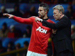 Manchester United's Scottish manager David Moyes gives instructions to Manchester United's Dutch striker Robin van Persie during the UEFA Champions League football match against Shakhtar on December 10, 2013