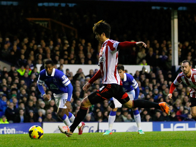 Ki Sung-Yueng of Sunderland scores a goal from the penalty ...