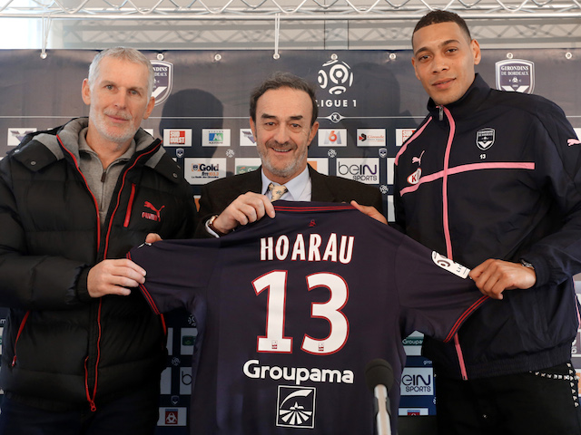 Guillaume Hoarau (R) poses a day after he signed a contract with Bordeaux's football club with the club's president Jean-Louis Triaud (C) and coach Francis Gillot (L) on January 6, 2014