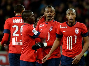 Lille's Ivorian forward Salomon Kalou is congratuled by Lille's Senegalese midfielder Idrissa Gueye after scoring a goal during the French L1 football match Lille vs Rennes on January 24, 2014