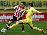 Athletic Bilbao's midfielder Oscar de Marcos (L) vies for the ball with Villarreal's midfielder Cani during the Spanish league football match on March 17, 2014