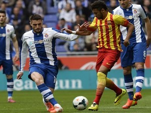 Barcelona's Brazilian forward Neymar da Silva Santos Junior (R) vies with Espanyol's midfielder David Lopez (L) during the Spanish league football match on March 29, 2014