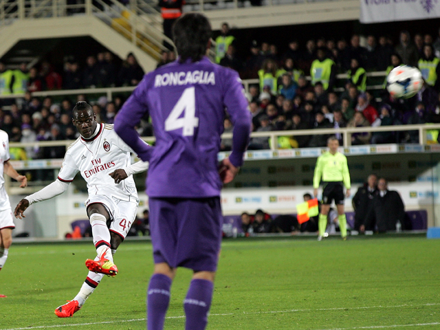 Mario Balotelli of AC Milan scores a goal during the serie A match between ACF Fiorentina and AC Milan at Stadio Artemio Franchi on March 26, 2014