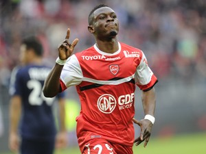 Valenciennes's Majeed Waris celebrates after scoring a goal during the French L1 football match Valenciennes vs Lyon on April 6, 2014