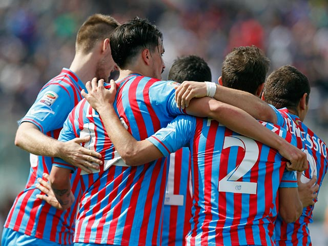Catania's Sebastian Leto celebrates with teammates after scoring the opening goal against Sampdoria during the Serie A match on April 19, 2014