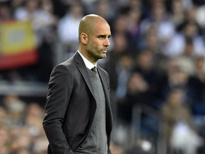 Bayern Munich's Spanish head coach Pep Guardiola (L) looks on during the UEFA Champions League semifinal first leg football match Real Madrid CF vs FC Bayern Munchen at the Santiago Bernabeu stadium in Madrid on April 23, 2014