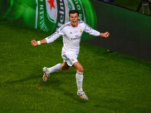 Gareth Bale of Real Madrid celebrates scoring their second goal in extra time during the UEFA Champions League Final between Real Madrid and Atletico de Madrid at Estadio da Luz on May 24, 2014