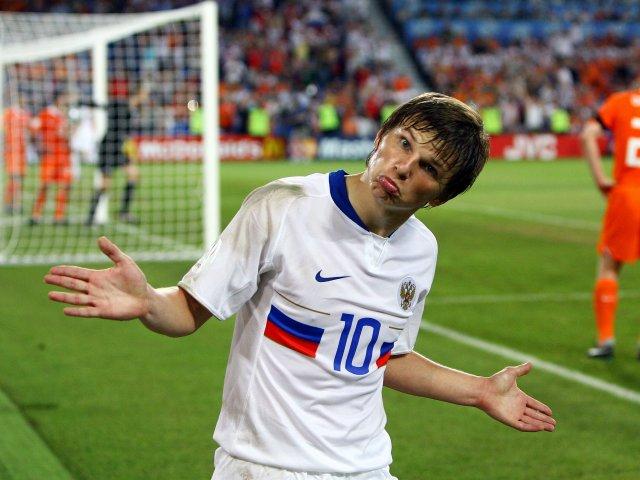 Юный болельщик сборной Португалии пытается успокоить расстроившегося французского фана, после поражения его команды в финале Евро-2016 - Цензор.НЕТ 4386