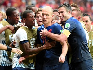 Netherlands' forward Arjen Robben celebrates with his team-mates after scoring a goal during a Group B football match between Spain and the Netherlands at the Fonte Nova Arena in Salvador during the 2014 FIFA World Cup on June 13, 2014