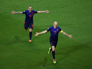 Arjen Robben of the Netherlands celebrates scoring the teams fifth goal with Wesley Sneijder during the 2014 FIFA World Cup Brazil Group B match between Spain and Netherlands at Arena Fonte Nova on June 13, 2014
