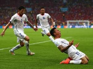 Eduardo Vargas celebrates scoring Chile's first goal against Spain on June 18, 2014.