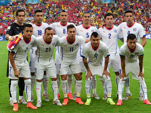 Chile's national team pose for a team photo prior to a Group B football match between Spain and Chile in the Maracana Stadium in Rio de Janeiro during the 2014 FIFA World Cup on June 18, 2014