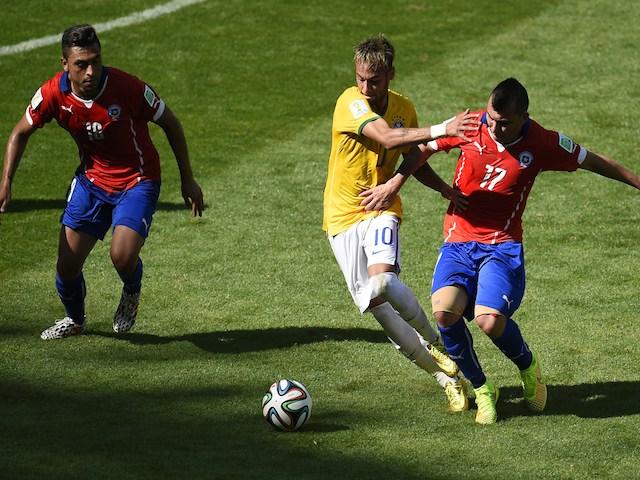 Chile's midfielder Felipe Gutierrez, Brazil's forward Neymar and Chile's defender Gary Medel vie for the ball during the Round of 16 football match on June 28, 2014