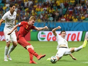 Belgium's midfielder Kevin De Bruyne scores during the first half of extra-time in the Round of 16 football match against USA on July 1, 2014
