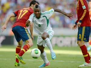 Nigeria's forward Brown Ideye drives the ball past Spain's defenders Alvaro Arbeloa and Gerard Pique during their FIFA Confederations Cup Brazil 2013 Group B football match, at the Castelao Stadium in Fortaleza on June 23, 2013