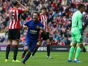 Manchester United's Spanish midfielder Juan Mata (2nd L) celebrates scoring the opening goal of the English Premier League football match against Sunderland on August 24, 2014