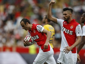 Monaco's Bulgarian forward Dimitar Berbatov grabs the ball as Monaco's Belgian midfielder Yannick Ferreira Carrasco reacts after Berbatov scored a goal during the French L1 football match Monaco (ASM) vs Lille (LOSC) on august 30, 2014
