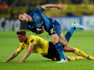 Dortmund's defender Erik Durm and Arsenal's English midfielder Jack Wilshere vie for the ball during the first leg UEFA Champions League Group D football match Borussia Dortmund vs Arsenal London in Dortmund, western Germany on September 16, 2014