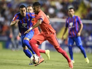 Levante's midfielder Victor Camarasa (L) vies with Barcelona's Brazilian forward Neymar da Silva Santos Junior during the Spanish league football match on September 21, 2014