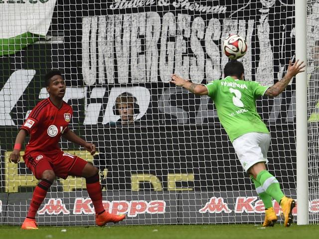 Wolfsburg's Portuguese striker Vieirinha scores past Leverkusen's Brazilian defender Wendell during the German first division Bundesliga football match VfL Wolfsburg vs Bayer Leverkusen in Wolfsburg, central Germany on September 21, 2014