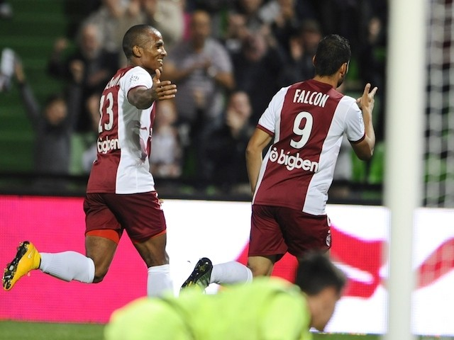 Metz' Venezuelan forward Juan Manuel Falcon (R) and Metz' French midfielder Florent Malouda celebrate after scoring during the French L1 football match between Metz and Reims on September 27, 2014