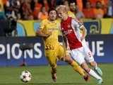 Ajax Amsterdam's Nicolai Boilesen (R) fights for the ball against APOEL Nicosia's Tiago Gomes during their group F UEFA Champions League football match on September 30, 2014