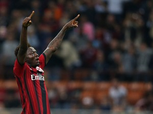 Sulley Muntari of Milan celebrates after scoring his team's opening goal during the Serie A match between AC Milan and AC Chievo Verona at Stadio Giuseppe Meazza on October 4, 2014
