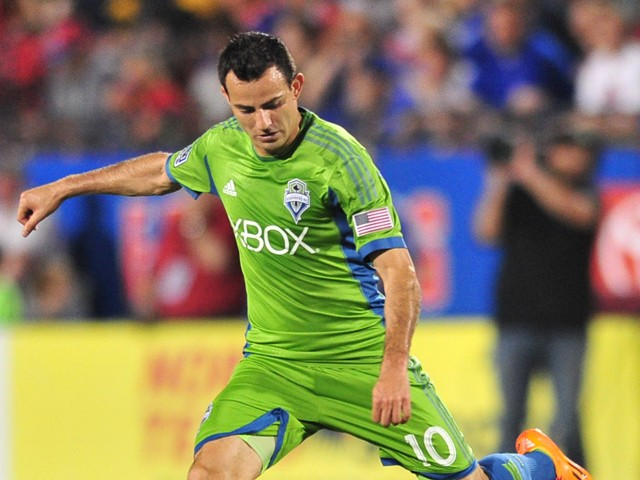 Marco Pappa #10 of the Seattle Sounders FC controls the ball against the FC Dallas on April 12, 2014
