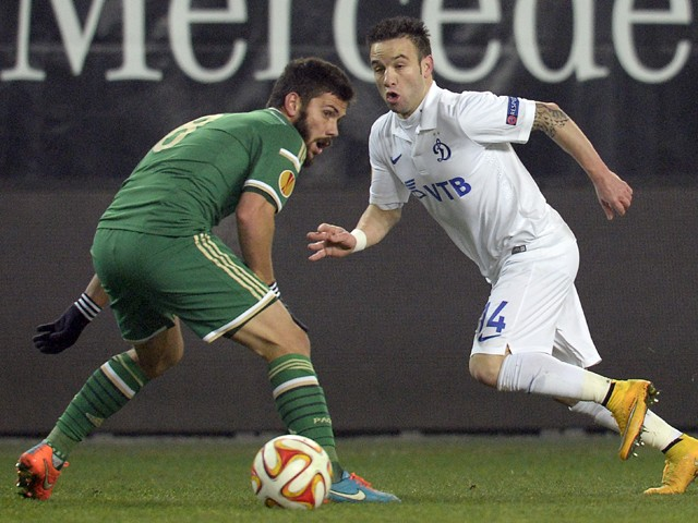 Dinamo Moscow's midfielder from France Mathieu Valbuena vies with Panathinaikos' midfielder Tassos Lagos during their UEFA Europa League gorup E football match at Khimki arena outside Moscow on November 27, 2014