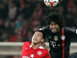 Mainz' Japanese striker Shinji Okazaki (L) and Bayern Munich's Brazilian defender Dante vie for the ball during t