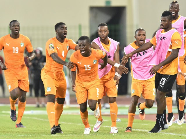 Ivory Coast's midfielder Max-Alain Gradel is congratulated by teammates after scoring a goal during the 2015 African Cup of Nations group D football match between Ivory Coast and Mali in Malabo on January 24, 2015