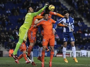 Valencia's goalkeeper Diego Alves (L) and forward Pablo Piatti (C) vie with Espanyol's defender Victor Alvarez Delgado (R) during the Spanish league football match on February 8, 2015