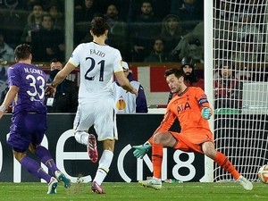 Fiorentina's forward from Germany Mario Gomez (L) scores a goal against Tottenham during the UEFA Europa League round of 32 second-leg football match on February 26, 2015