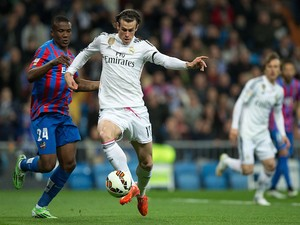 Gareth Bale (R) of Real Madrid CF competes for the ball with Simao Mate Junios (L) of Levante UD during tha La Liga match on March 15, 2015